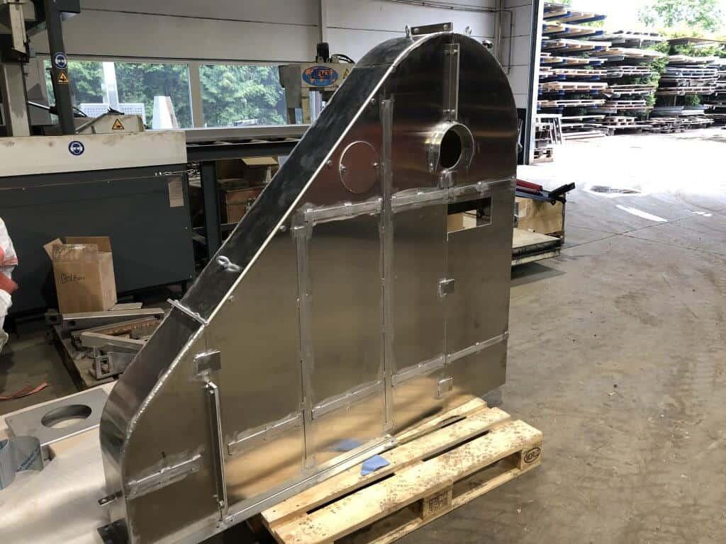 Hier wurde eine Abdeckung, aus Aluminium, für einen Antrieb einer Maschine gefertigt. Die Haube ist dreiteilig damit bei eventuellen Reparaturen am Antrieb, die erwünschte Seite demontiert werden kann.