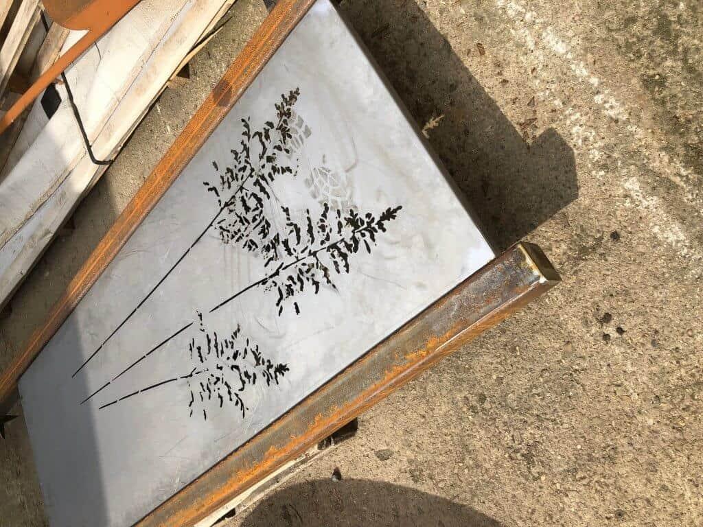 Setzen sie Akzente in ihren Garten.... Auf Kundenwunsch ist dieser Sichtschutz entstanden. Die Pfosten werden einbetoniert. Das gelaserte Blech wird noch behandelt um eine Rostoptik zu erzielen.