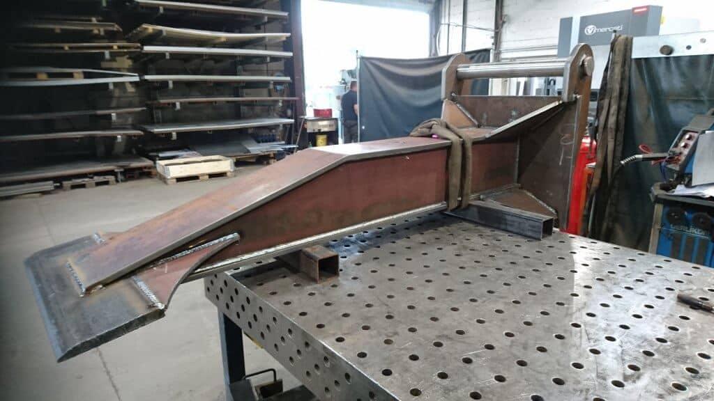 Für ein Bauunternehmen konstruierten und fertigten wir diesen Räumspaten mit einer HS40 Aufnahme für einen Bagger.